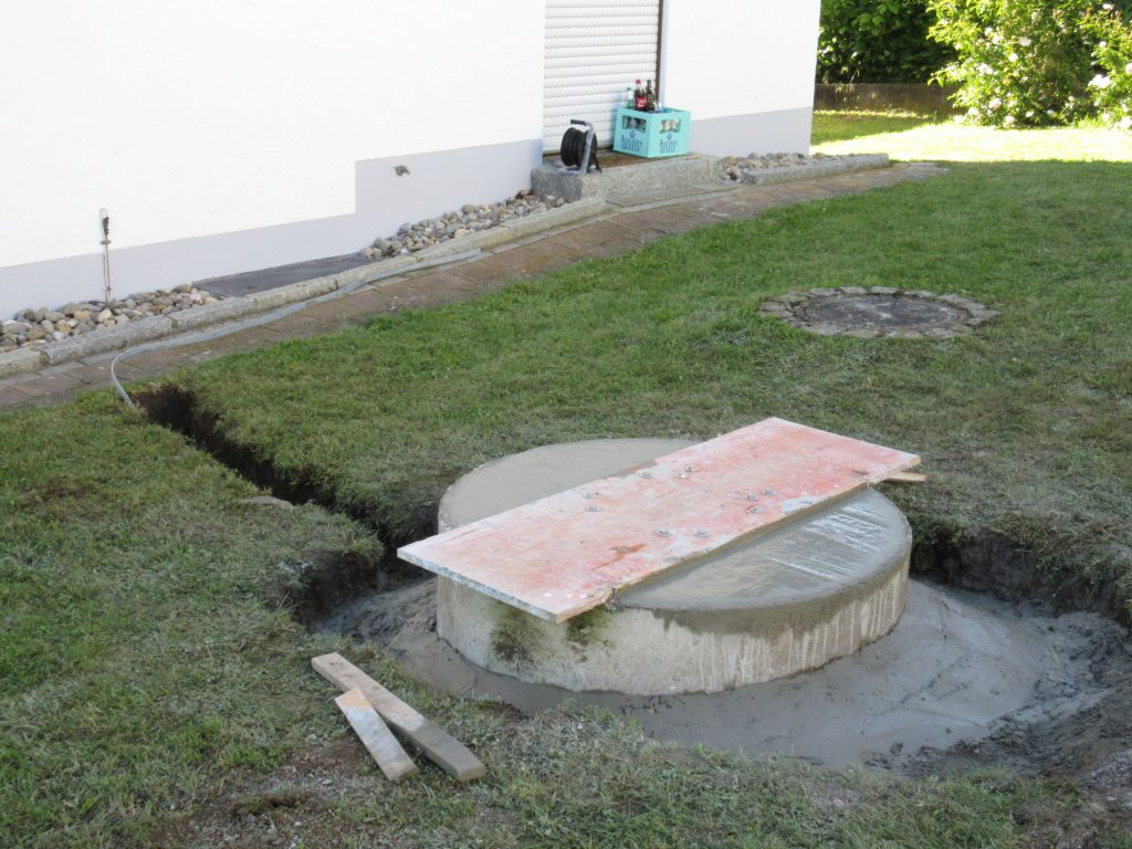 Nahaufnahme (bis zum Ring wird noch mit Erde aufgefüllt und der Anschluß der Erdungsleitung am Hauserder muss noch erfolgen)